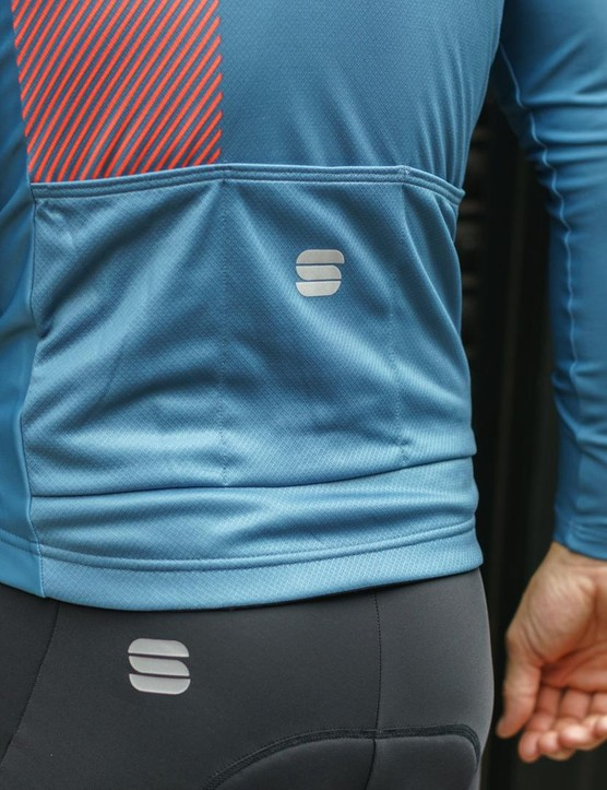 The BodyFit Pro Thermal jersey has three cargo pockets and a contrasting geometric pattern