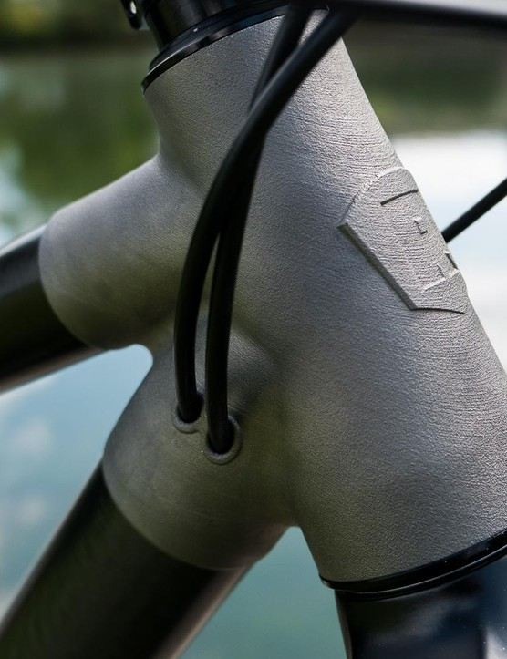 The cable guides are integrated neatly into the headtube