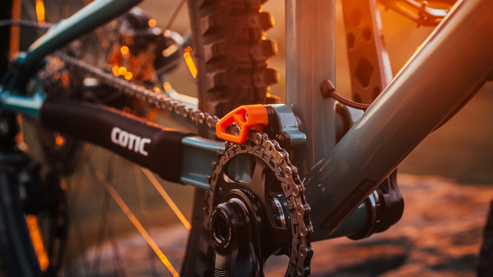 The frame has an integrated chain guide mount