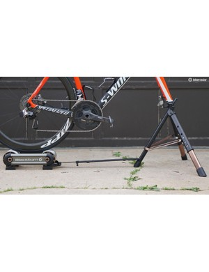 The Raceday Fluid uses the basic design from the Omnium — folding tripod connecting to narrow rollers via an adjustable bar — but with some subtle differences