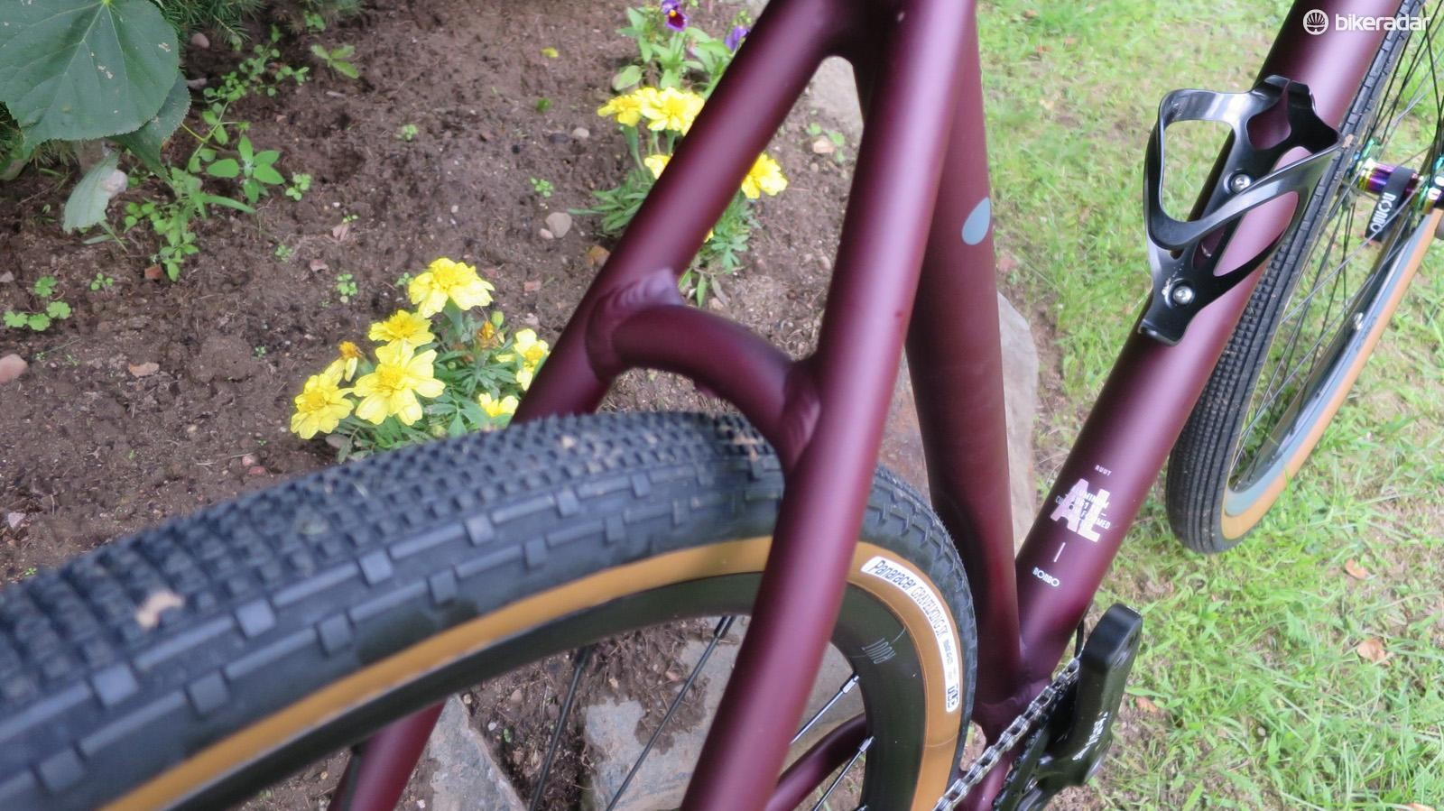 The AL has plenty of room for big tyres and it ships with a 43mm wide 40c Gravel King pairing