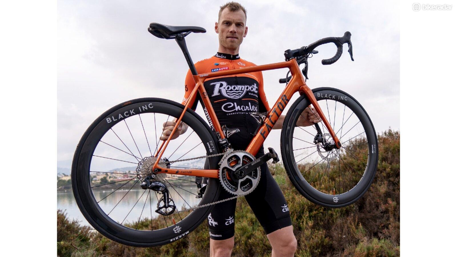 Lars Boom shows off the Roompot-Charles 2019 Factor O2 Disc