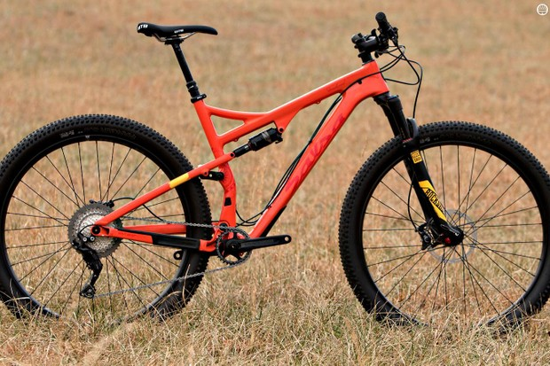 The Salsa Deadwood SUS is a short travel 29er build around 29x3in tires