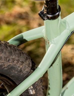 The 7th generation Chameleon is also the first ever Santa Cruz hardtail not to use a wishbone seatstay, instead extending the slim seatstays all the way up to the buttress reinforced top tube/seat tube area