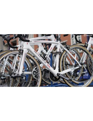 Shimano does not make bikes. But the Japanese company does provide neutral support for some pro races, with its mechanical and Di2 groups labeled on the neutral bikes