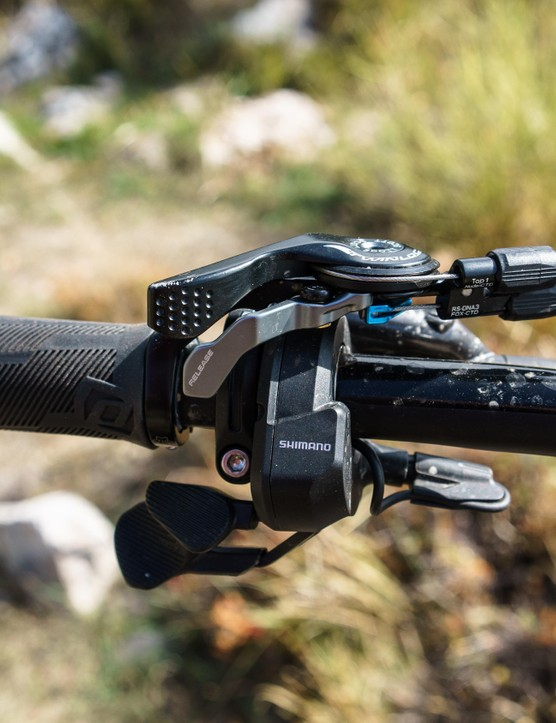 As found on a number of Scott's full-suspension bikes, you can flip the suspension in to open, trail or locked modes from the bar