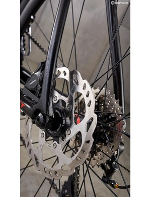 Shimano RS505 hydraulics brakes, with 160mm rotors back and front, sort stopping