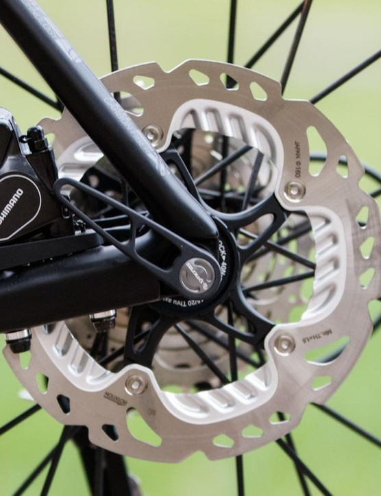 The Solace Disc now uses the new Flat Mount disc mount for a lighter and cleaner setup. Note the premium Shimano 160mm IceTech rotors and finned brake pads