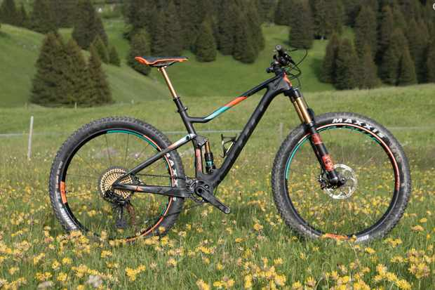 The Spark 700 Plus Tuned is a ridiculously lightweight and capable mid-fat mile muncher that's a whole bundle of fun