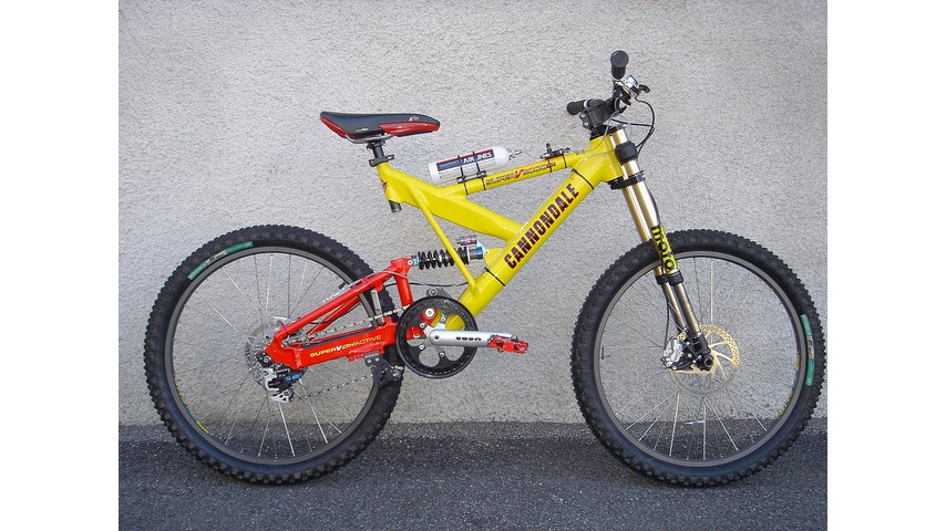 Searching for bikes fitted with airlines is a trip down memory lane. This legendary Cannondale v3000, spotted on RetroBike, is about as late nineties as it gets