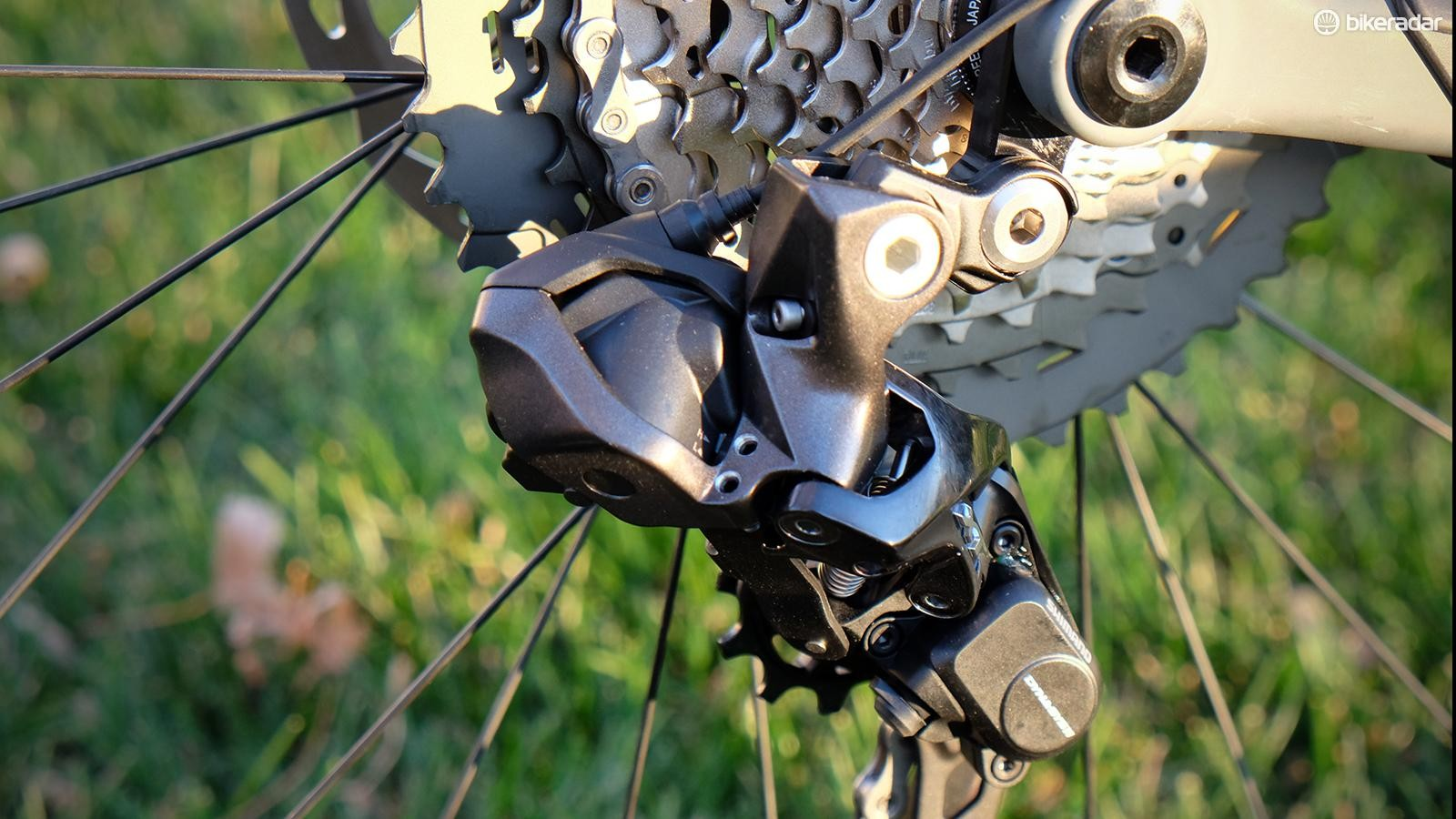 A servo at the rear of the derailleur shifts gears
