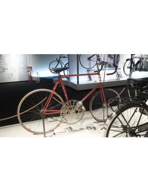 Another look at the record holding bike of 1950. Notice the significantly smaller front wheel, just like your favourite 1990's Lo-Pro
