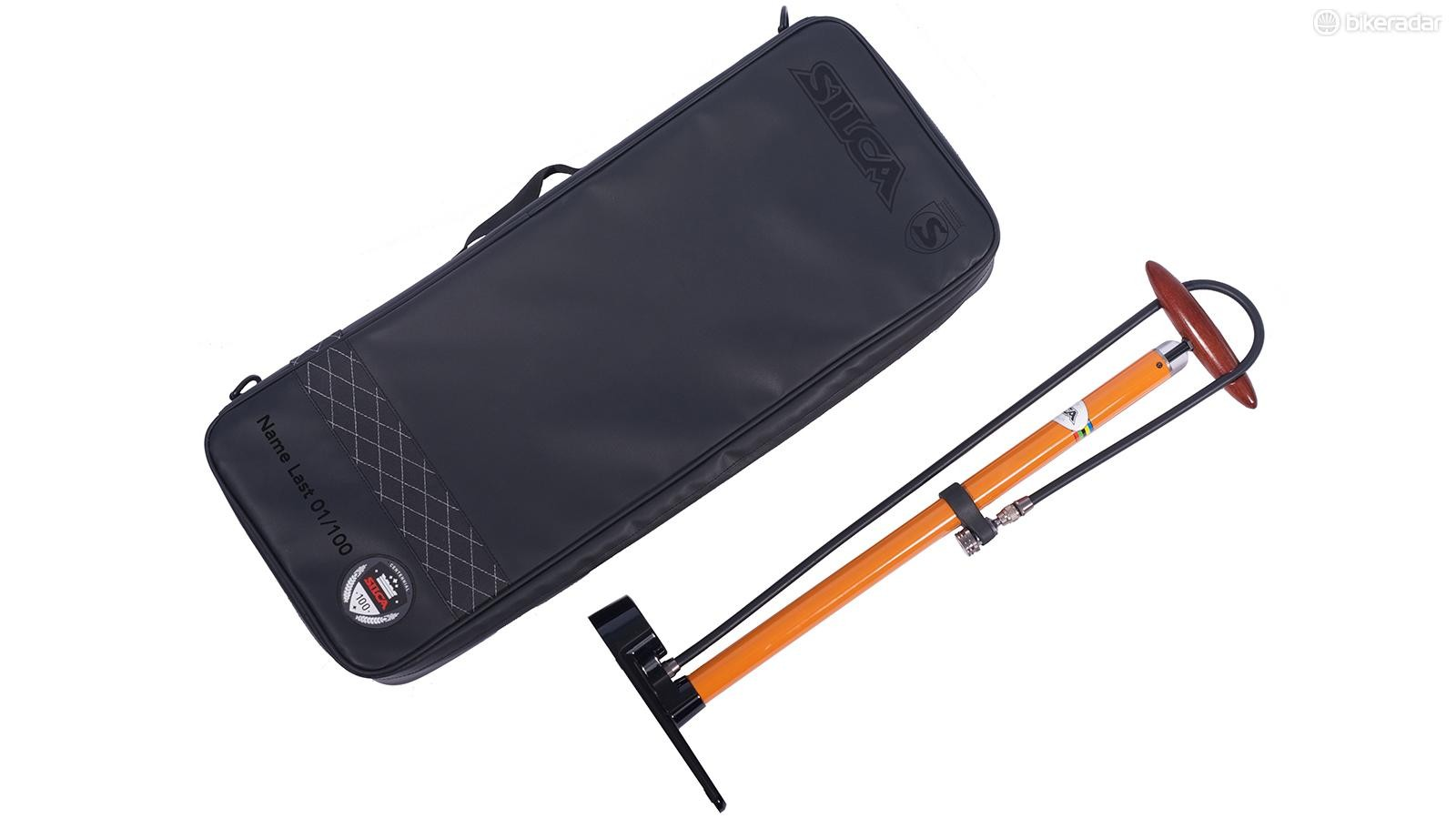 The limited edition Silca Pista comes with a travel bag