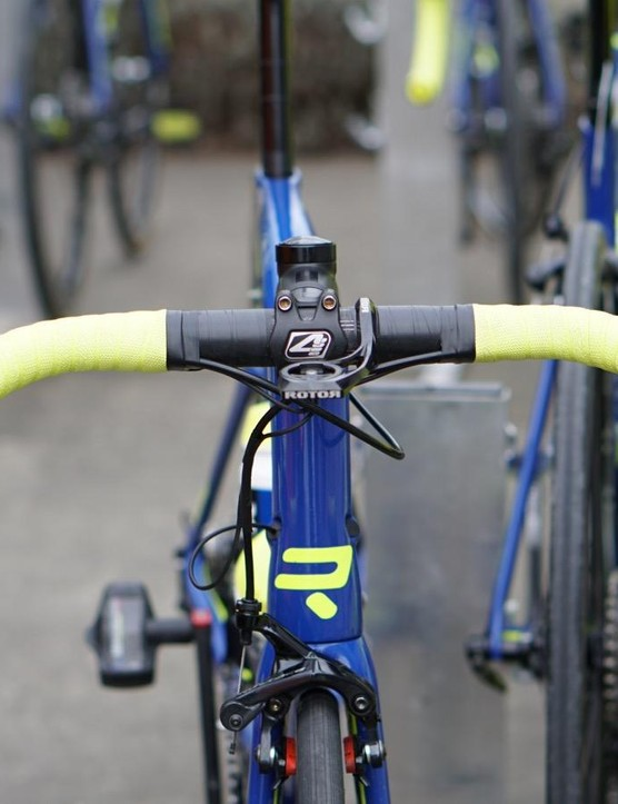 For contrast, this is the 38cm bar of Kenny Dehaes (WB Aqua Protect VeranClassic). And this bar is narrower than most riders use