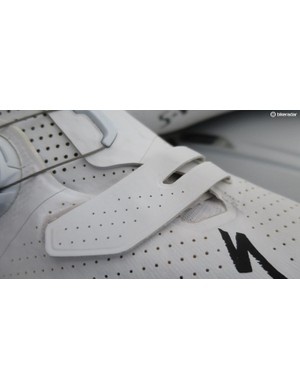 Like the S-Works 6, the 7 retains a short velcro strap on the toe-box