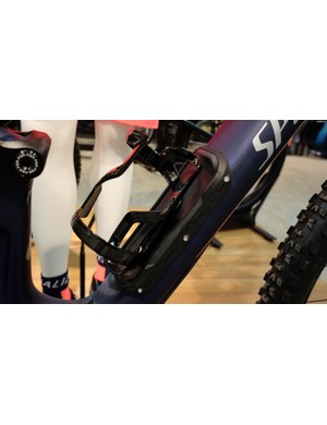 The Camber Comp Carbon features a SWAT compartment in the downtube for stowing essentials like spare inner tubes, tools, or even a lightweight jacket
