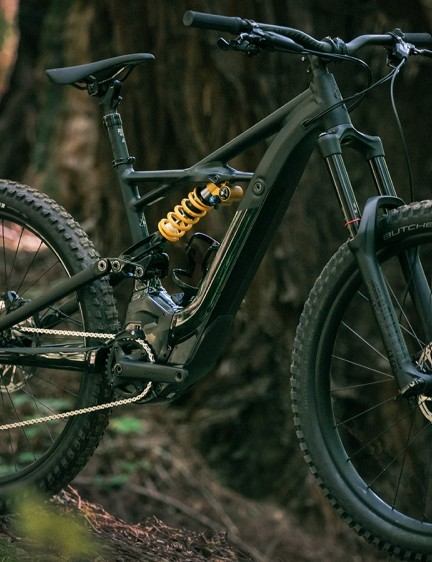 A RockShox Lyrik fork paired with an Öhlins TTX Coil shock takes care of bump eating duties