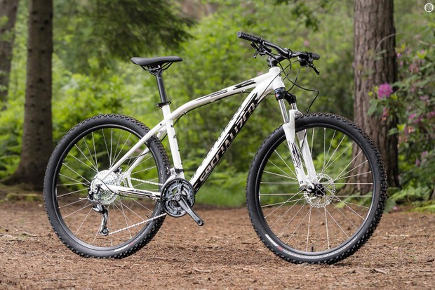 The Specialized Pitch Sport 650b is a classy looking budget ride