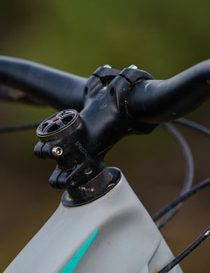Alloy handlebars with a decent 750mm width and 27mm rise form the basis of the cockpit