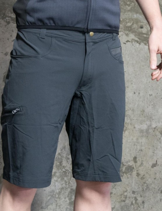 The Giara over nshorts has several pockets, belt loops and offers 4-way stretch