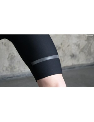 The high-stretch fabric of the Giara bib shorts removes the need for multiple panel construction and thus seams