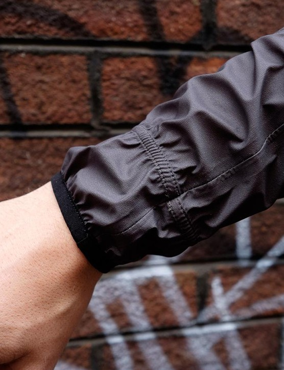 A second elasticated band around the cuff prevents any unwanted flapping on the forearm, while keeping the jacket easy to get on and off