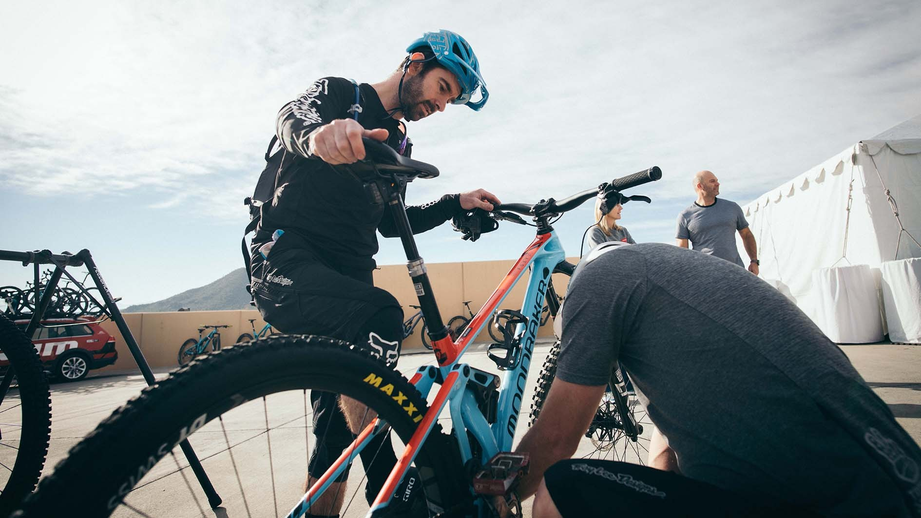 Set up is reassuringly simple which is a big plus. Here Chris Hilton from SRAM and Rob do some last minute tinkering before hitting the trails