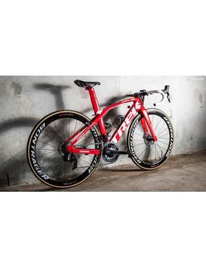 Porte paired his aero-specific Trek Madone frameset with Bontrager XXX Aeolus 4 wheels