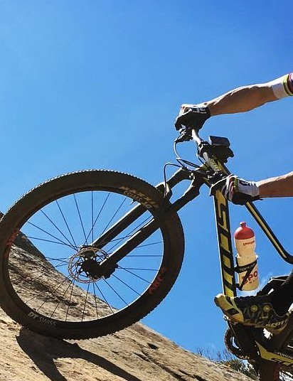 Here's another angle of Schurter's Scott Spark that appears to be missing a shift cable from the right of the handlebar