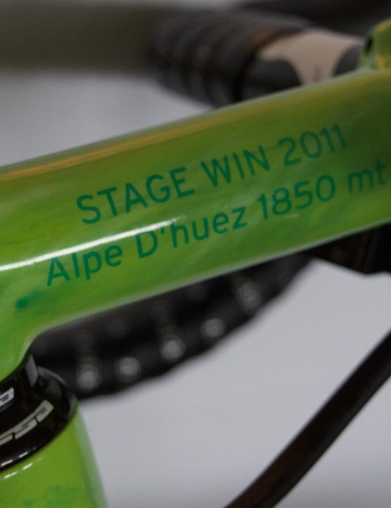 Subtle reminders of Rolland's Tour stage victories have been added to his stem. His Alpe d'Huez triumph from 2011 on one side and his La Toussuire win in 2012 on the other