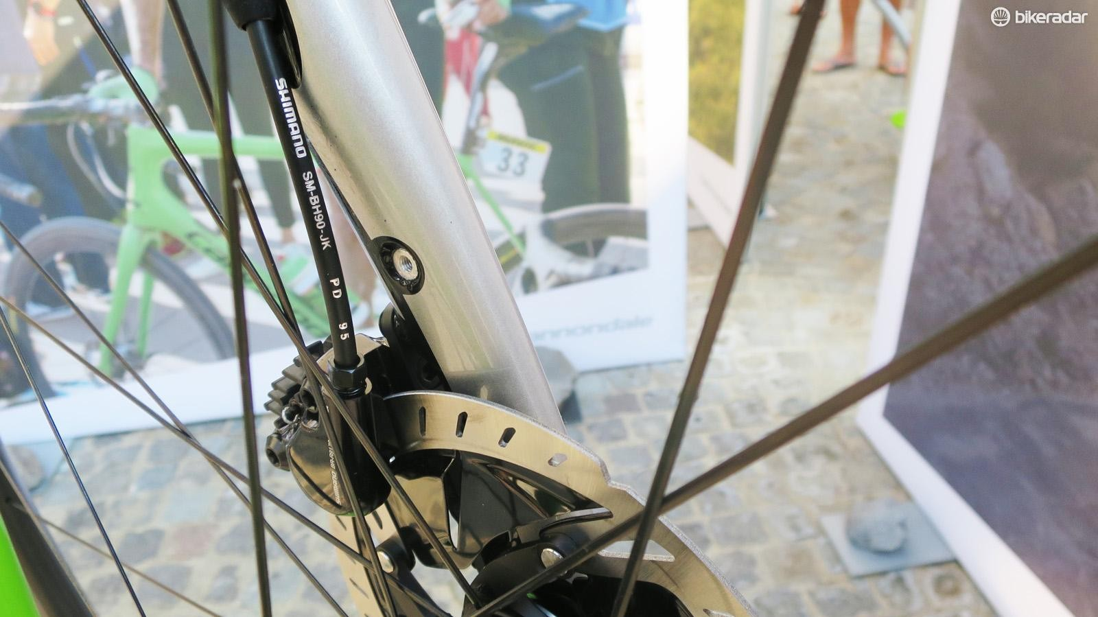 The Synapse fork neatly hides proper fender/mudguard mounts in the fork