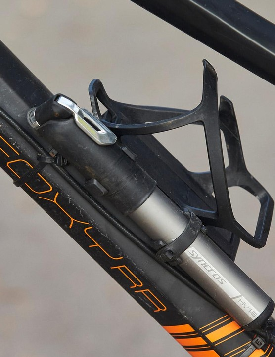 The Syncros Tailor Cage HV1.5 looks like a normal bottle cage but it's got a neat trick up its sleeve