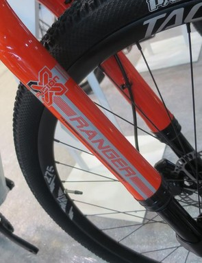 Plenty of clearance also on the upside-down front suspension fork with internals by X-Fusion