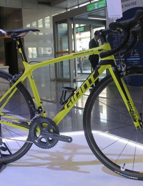 We're big fans of Giant's new TCR, so couldn't resist getting a snap of this great looking acid-yellow finished model