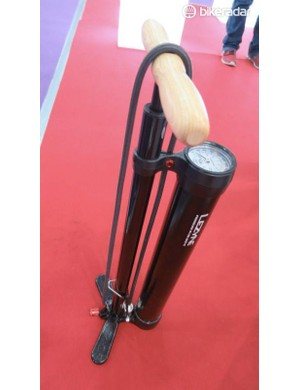 The massive diameter second chamber holds enough pressure to inflate and seat a tubeless tyre instantly