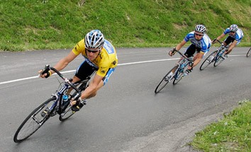 Discovery Channel team rider Lance Armstrong of the U.S., wearing the leader's yellow jersey, cycles down a mountain road during the 173km (107 miles) 11th stage of the 92nd Tour de France cycling race between Courchevel and Briancon, July 13, 2005.         REUTERS/Eric Gaillard
