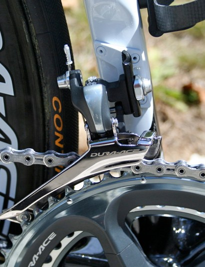 The 7900 front derailleur carries the new finish motif forward, but the cage remains polished.