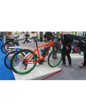 When e-assist mountain bikes go wrong… long, long back end mated to a steep tall front, and lets not even get into fluro orange and neon green for the paint scheme