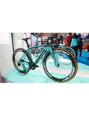 Bianchi's Oltre XR4 carries off the bold well, even with the even bolder Zipp 404s