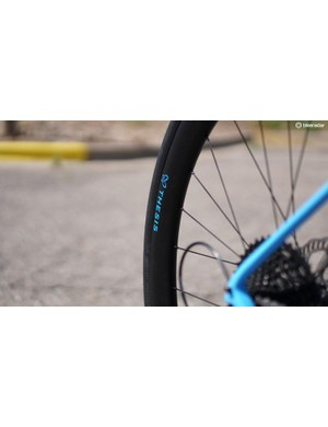 The carbon wheels are built for 28–32mm tires, with a 22mm internal width