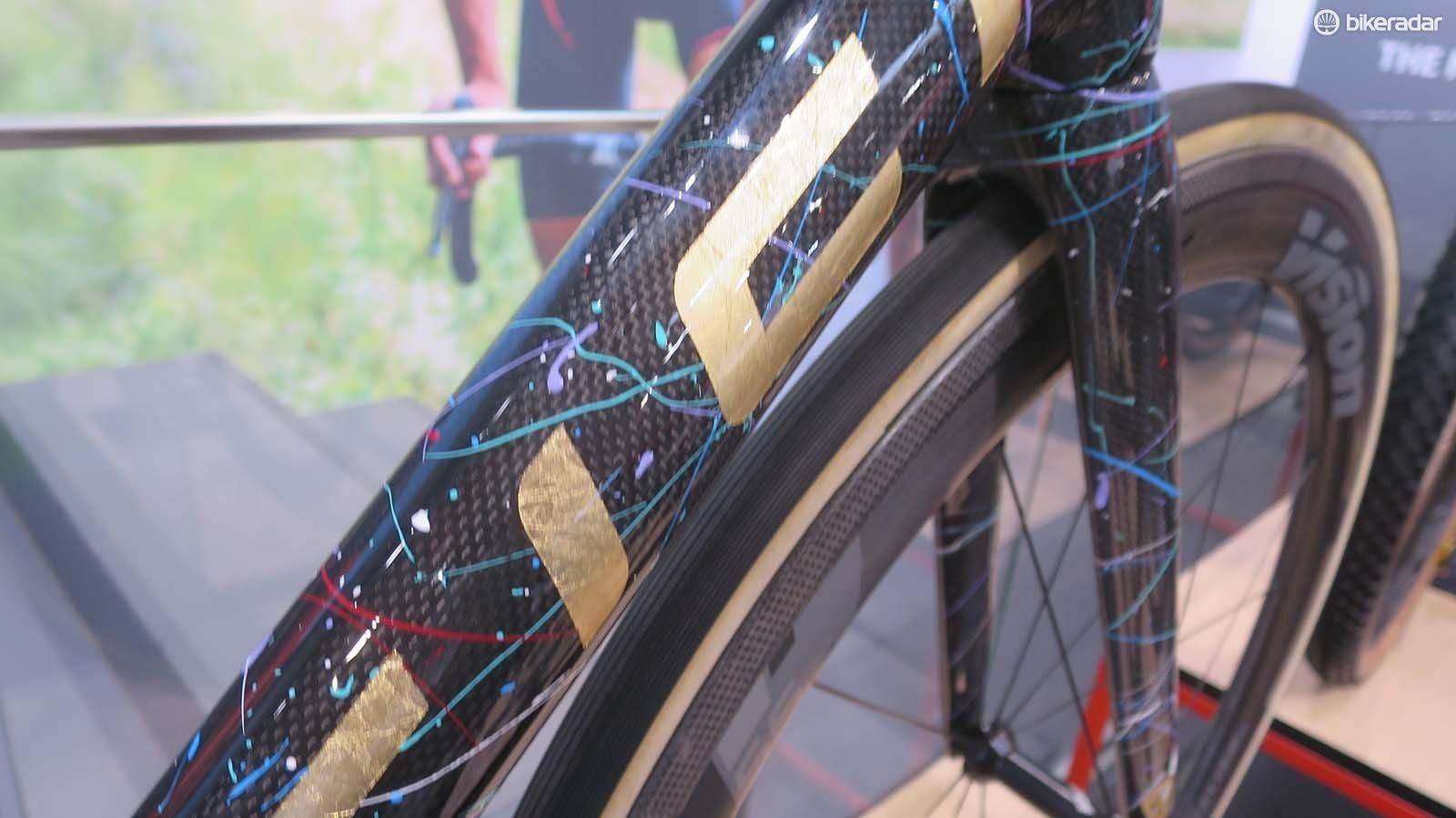 The splatter finishing reminds us of the best of Dario Pegoretti's bikes