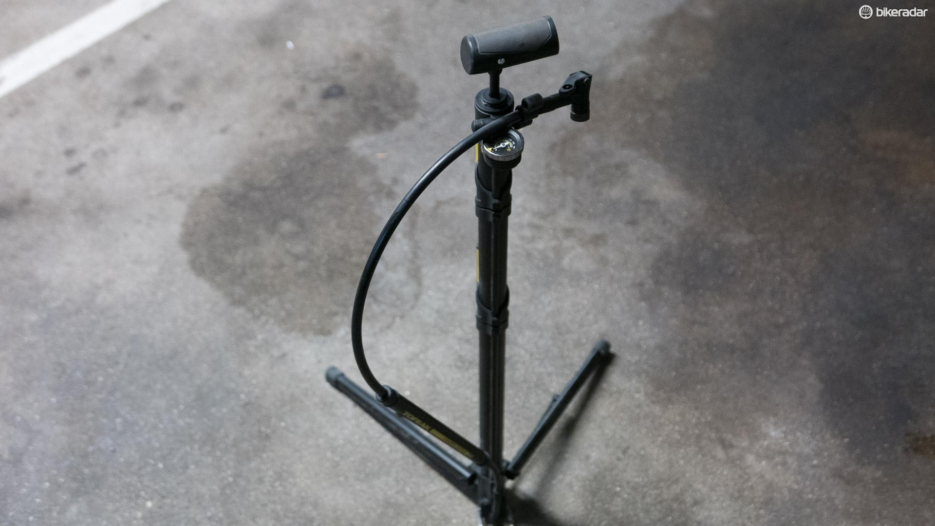 The retractable hose has enough length to allow you to pump your tyres up while hanging your bike in the stand