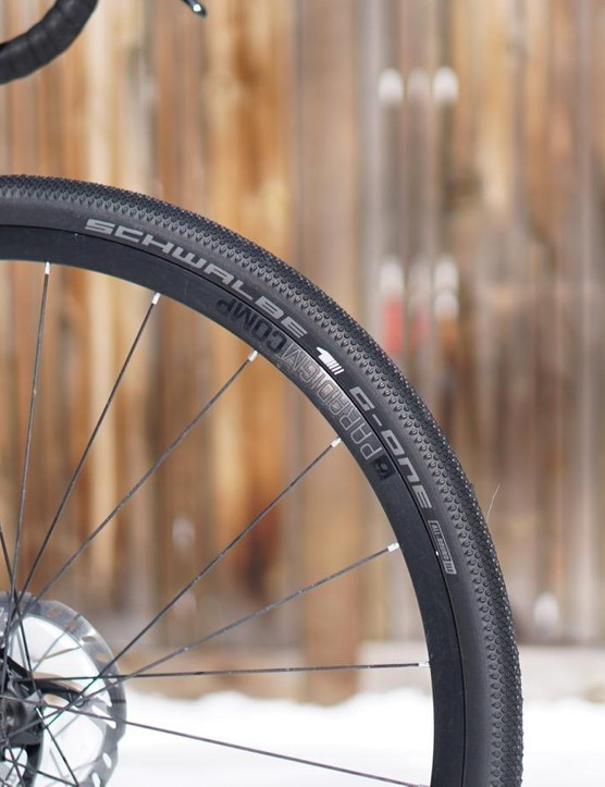 The Checkpoint SL 6 comes with Schwalbe G-One All-Round TLE 35mm, but it can handle up to 45mm tires