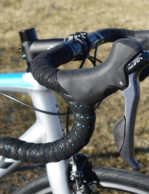 Sora's STI levers share their ergonomics with 2017's Dura-Ace and Ultegra. They also feature reach adjust to accommodate a wide range of hand shapes and sizes
