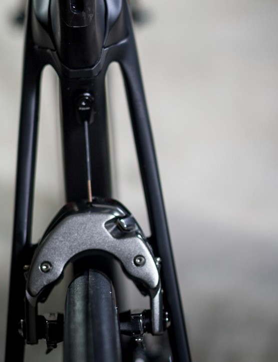 The aero seatstays bow around the seat tube and connect with the top tube