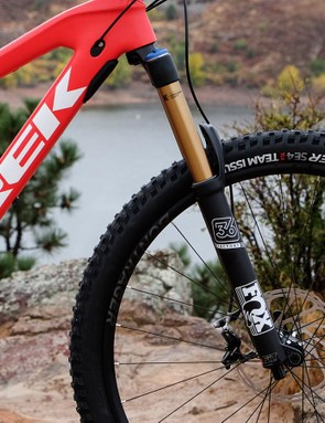 Upfront, a Fox 36 RC2 TALAS provides 160/130mm of suspension