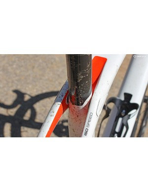 The seat tube is decoupled from the top tube and seatstays