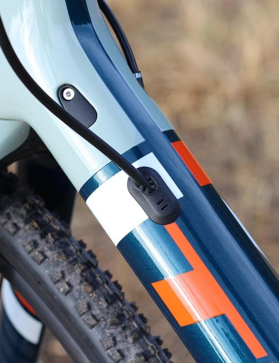 The frame is ready to accommodate two-ring (and thus two-cable) systems, with a switch of the port cover. The fork, however, just runs the hydraulic hose externally and attaches it with zip ties