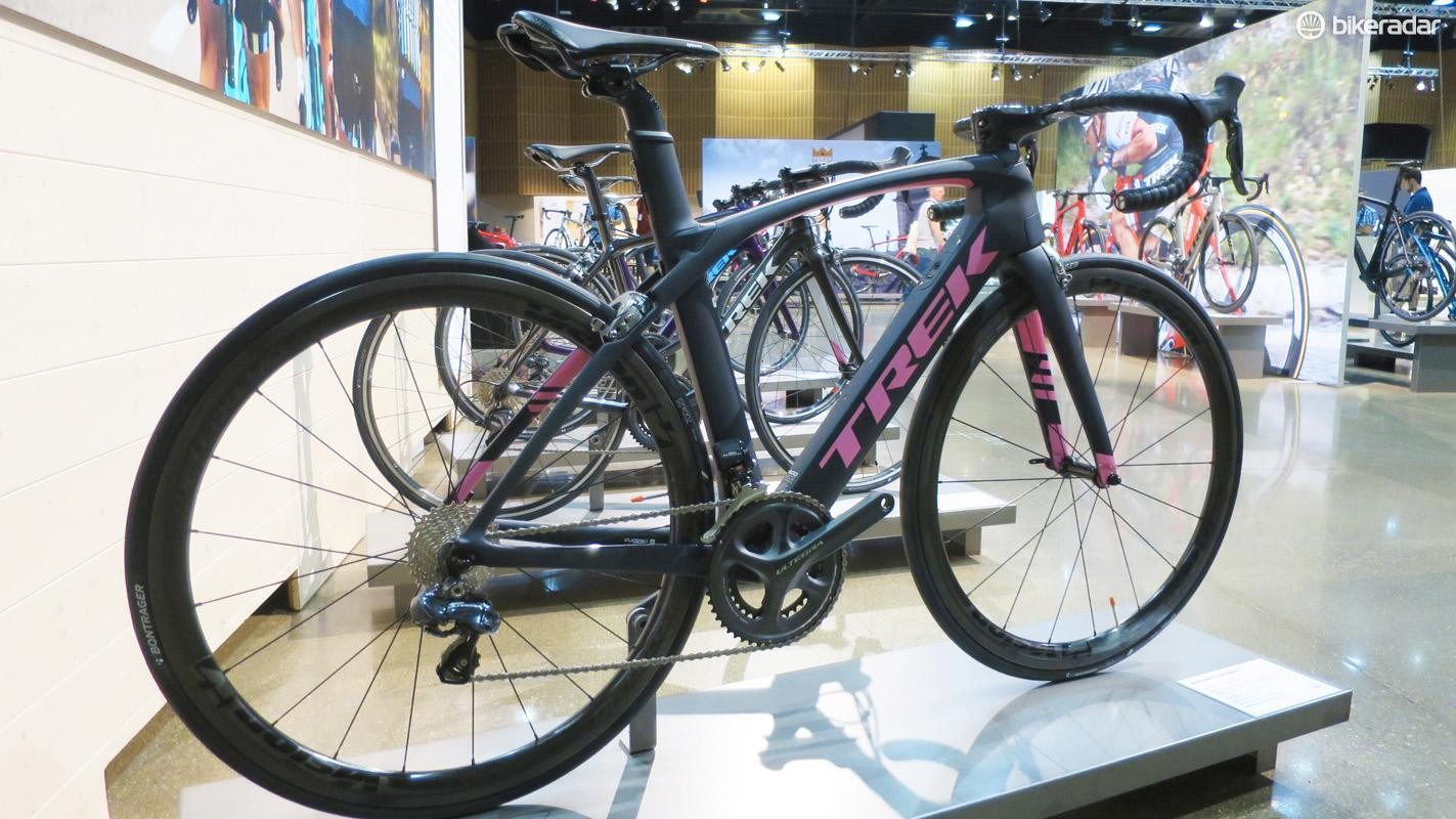 The women's Madone 9.5 looks awesome in flat grey with contrasting giro pink details