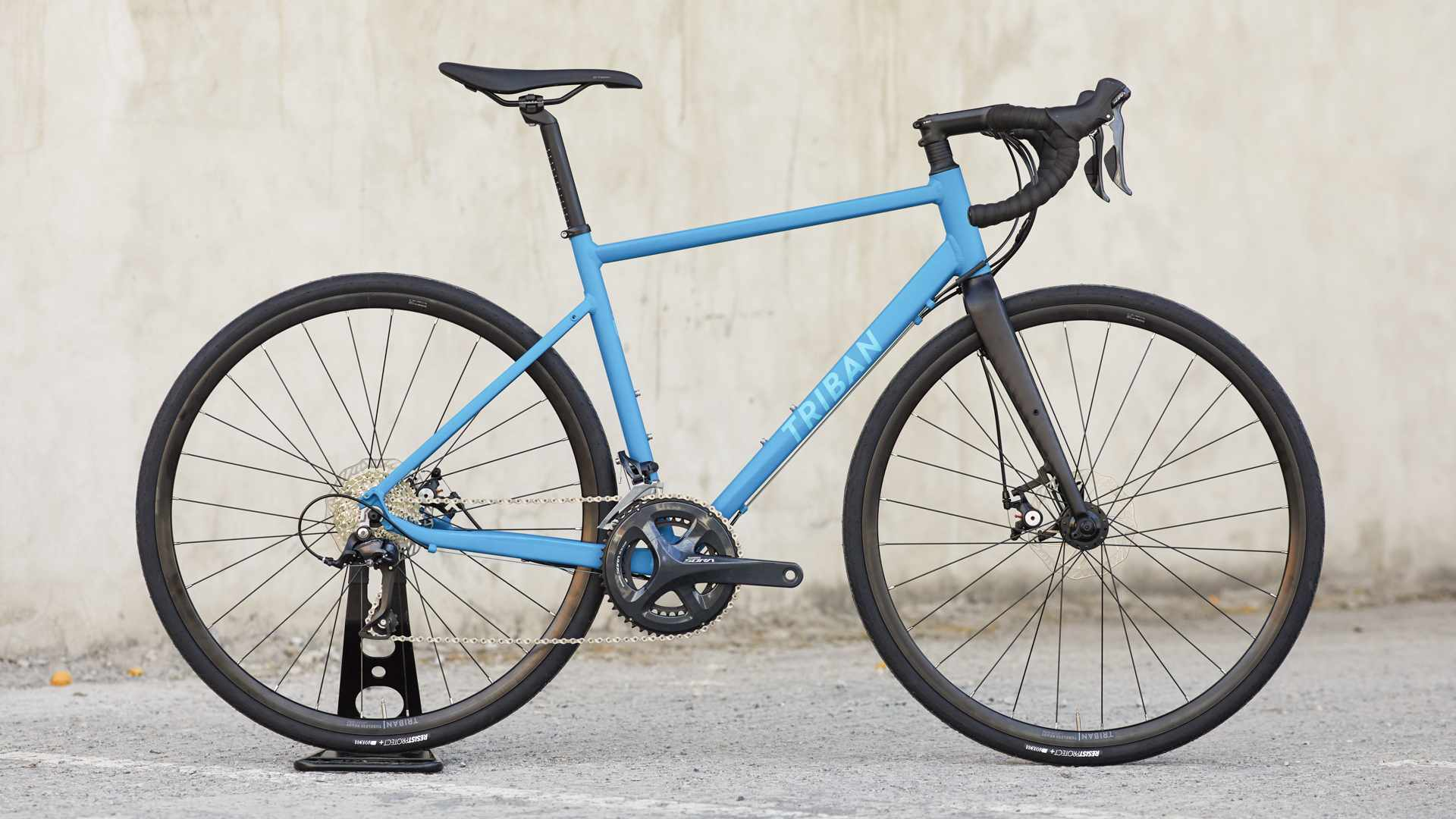 The new Triban RC500 is remarkably inexpensive and comes in a very fetching shade of blue